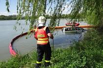 Hasiči v pondělí vytahovali Hyundai z rybníku Bezruč v Jistebníku.