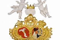 Alianční znak hrabat z Harrachu a knížat z Liechtensteinu na hlavním oltáři farního kostela v Suchdole nad Odrou.