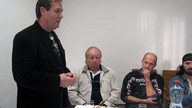 Starosta Kozlovic pozval v pátek večer na obecní úřad vedoucí dětských spolků v Kozlovicích.