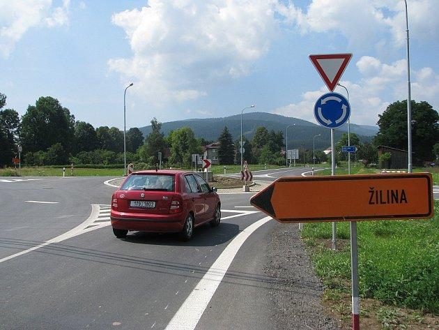 Jablunkov a Mosty u Jablunkova spojila nová silnice. Komunikaci a kruhový objezd zatím mohou využívat jen řidiči osobních vozů a firmy, které pracují na obchvatu.