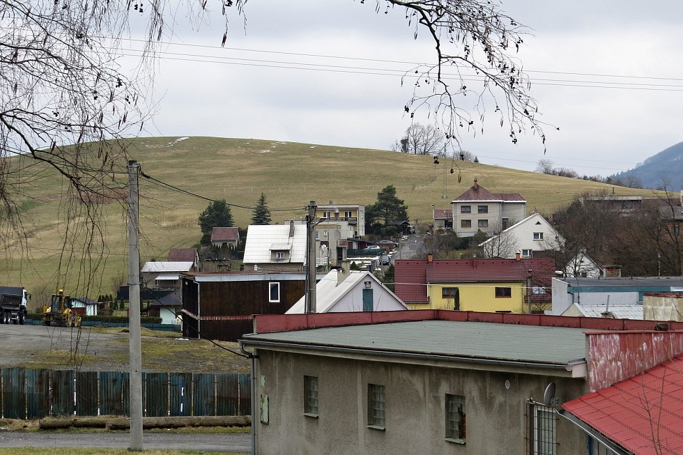 Obec Tichá nabízí pěkné výhledy z návrší na okolní hory a také zajímavé připomínky historie.