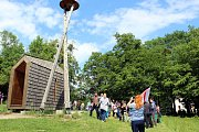 Desítky lidí se sešly u zvoničky Strážkyně Beskyd na Horečkách v Trojanovicích při 11. výročí vydáná dekrteu Uzamčené země valašské na sto roků před záměry těžařů v Beskydech.