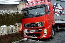 Na kluzkou silnici doplatil ve středu 11. února v ranních hodinách řidič kamiónu ve Fulneku v místní části Vlkovice.