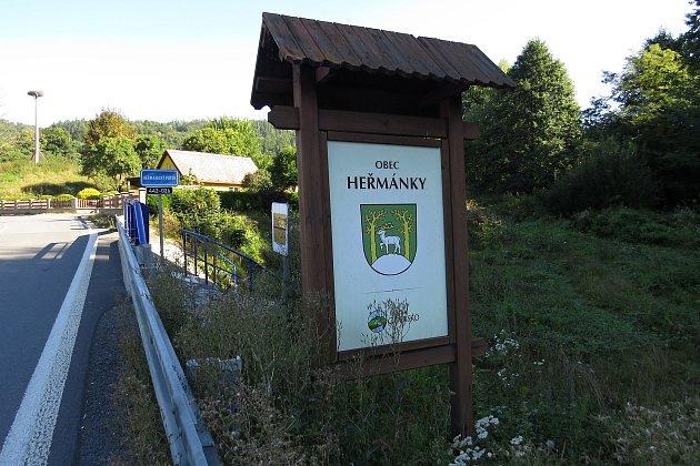 Heřmánky jsou malebná obec vúdolí mezi kopci.