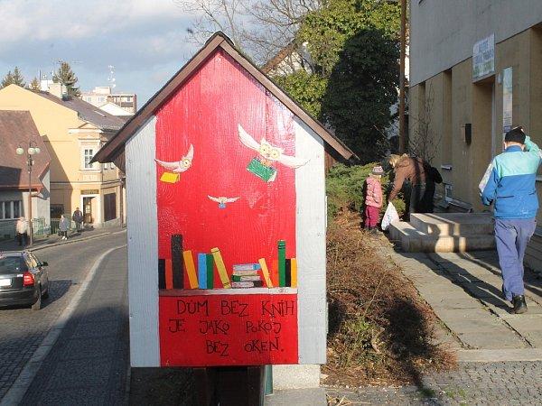 Nevíte kam se stokrát přečtenými nebo nepotřebnými knihami? Co jimi udělat radost jiným? To je hlavní myšlenka frenštátské Soví budky.