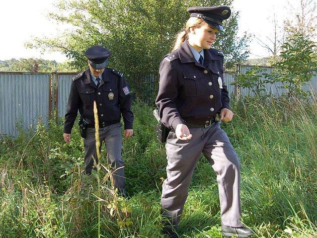 Policisté z Bílovce kráčejí po cestičce, na níž nacházeli vytroušené separátory.