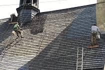 Střecha lubojatského kostelíka svatého Jiří potřebovala znovu natřít. Nad často horolezeckými výkony dělníků žasli nejen obyvatelé této obce.