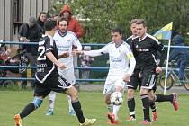 FRENŠTÁTŠTÍ fotbalisté (v bílém zleva Marek a Špaček) prohráli v Háji ve Slezsku 1:3 a o první jarní body se pokusí v neděli, kdy hostí Orlovou.
