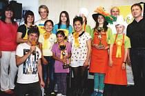 Nejlepší týmy soutěže Zlaťáci v kuchyni. V zadní řadě vlevo stojí tým ZŠ Tyršova z Frenštátu pod Radhoštěm, v přední řadě je absolutní vítěz z DD Loreta z Fulenku.