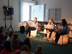 Trojice členek divadla MALÉhRY četla dětem z knihy Jak na příšery.