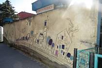 Stěnu v Máchově ulici v Novém Jičíně, na které je sgrafito od ostravského výtvarníka Otakara Schindlera, chce majitel objektu zbourat. Září 2021.