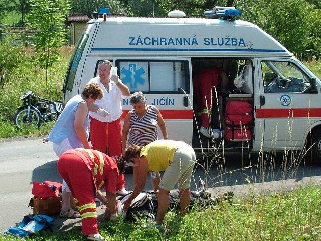 Zraněného Houště nejprve vytáhli diváci z příkopu, poté se o jeho zdravotní stav starali záchranáři.