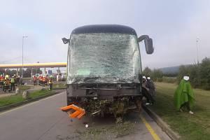 Třicet jedna osob cestovalo v autobusu mezinárodní přepravy, který havaroval na 318. kilometru dálnice D1 u Vražného na Novojičínsku ve směru na Ostravu.23. září 2021.