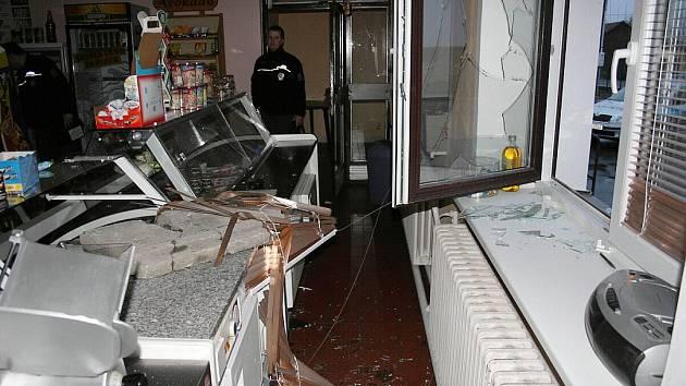 Škody, které zloděj způsobil při dobývání se do prodejen, policisté vyčíslili na desítky tisíc korun.