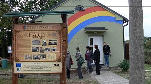 Nový Park a Duhový domeček, kde se mohou scházet členové zájmových organizací i rodiče s dětmi otevřeli v pátek odpoledne v Petřvaldu.