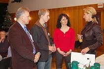 Dobrovolníci, zleva L. Blahuta, P. Fabián, za ADRU D. Hoferková, a starostka S. Kováčiková.