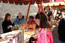V rámci Dne tradičních řemesel si mohly děti vyzkoušet třeba tkaní.