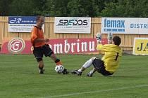 Kapitán Fulneku Tomáš Vajda obehrává brankáře Slovácka Petra Mendla a v 39. minutě vyrovnává na 1:1.