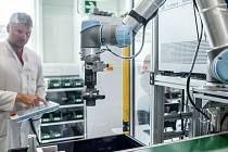 Kolaborativní robot značně urychluje zaměstnancům práci.