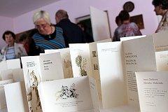 Téměř 300 svatebních oznámení je k vidění na výstavě, kterou pořádá Svaz tělesně postižených v Klubu důchodců ve Frenštátě pod Radhoštěm.