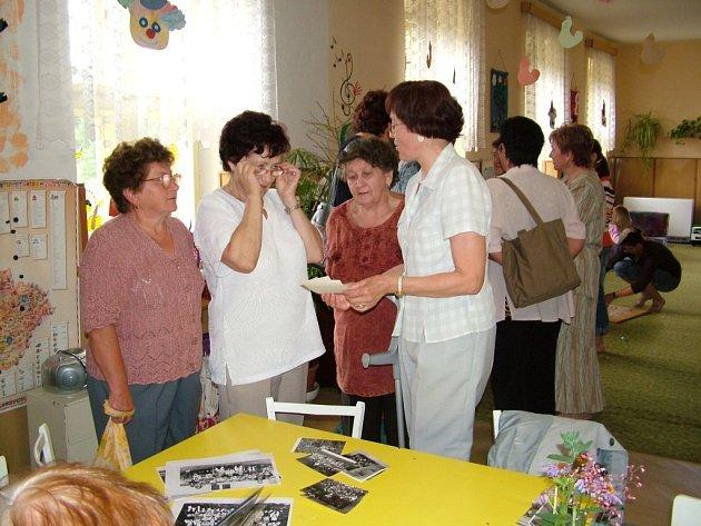 Marie Starečková (vpravo). Učila v lukavecké školce třináct let, a tak na setkání měla na co vzpomínat.