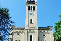 Vichřice shodila jednu z věžiček na suchdolském kostele.