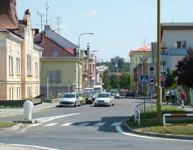 Ulice Msgre. Šrámka je jednou z těch, ktreé by mohly být jednosměrné kvůli parkujícím vozidlům.