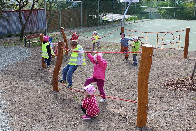 Nové hřiště na Slunečné ulici v Odrách otevřeli slavnostně ve středu 2. května zástupci města, městského úřadu, rodiče a děti ze školky na Sokolovské ulici.