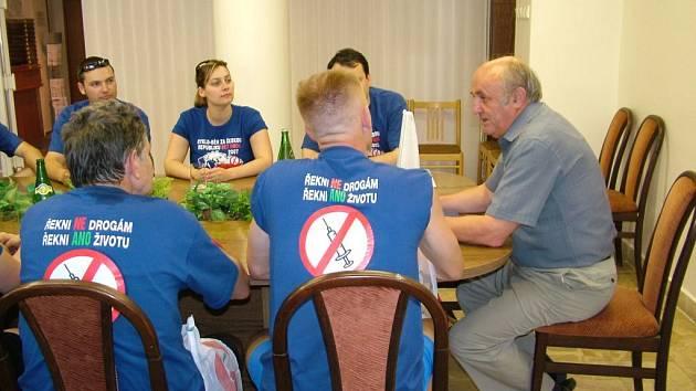 Starosta Fulenku Josef Dubec (vpravo) přijal na fulnecké radnici iniciátory celostátní protidrogové kampaně.