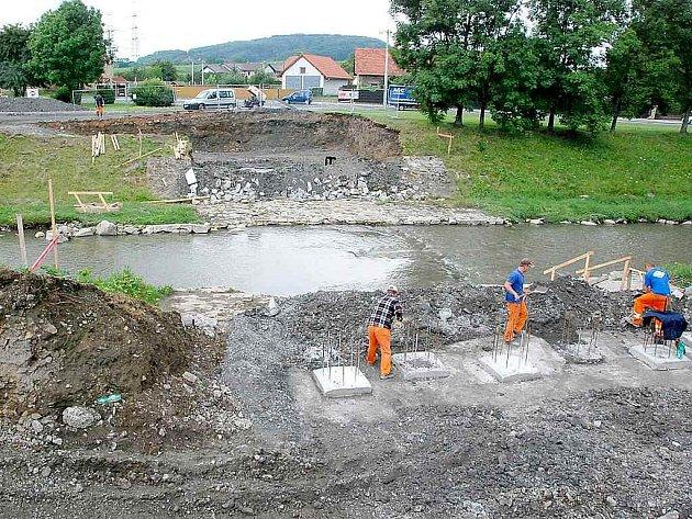 Stavba nové mostu u kostela svatého Martina v Šenově u Nového Jičína.