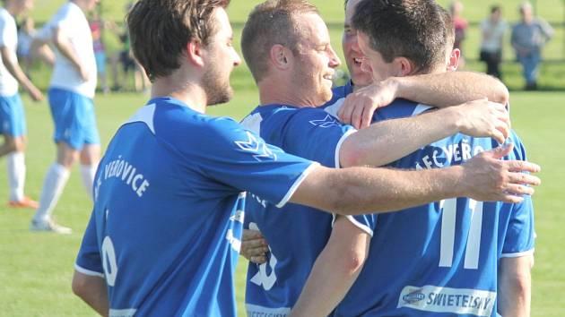 Veřovičtí fotbalisté potvrdili výtečnou formu, když po víkendové výhře 4:1 v Kopřivnici uspěli i v úterní dohrávce proti Tiché, kterou doma, po dvou gólech v závěru zápasu, porazili 4:2.