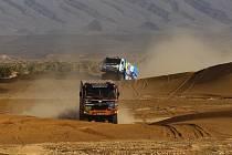 I přes problémy posádka Tomeček-Lála v africké rallye pokračuje. Tatra úspěšně bojuje s pískem i kameny.
