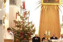 Zástupci čtyř církví se ve čtvrtek ráno sešli na radnici v Novém Jičíně, aby se se starostou Ivanem Týlem probrali, jak mohou pomoci lidem v těžké životní situaci. Poté odsloužili společně ekumenickou mši.