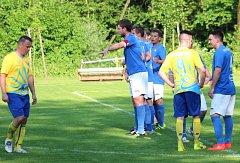 Fotbalisté Petřvaldu na Moravě (v modrém) přivezli plný bodový zisk ze hřiště Kozmic.