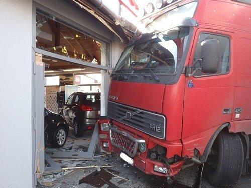 Tři zraněné včetně jednoho dítěte a značnou materiální škodu přinesla nedělní srážka osobního a nákladního automobilu v Kuníně na Novojičínsku.