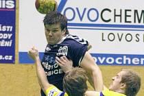 Lovosický Radoslav Miler (s míčem) se snaží prodrat přes kopřivnickou dvojici Tomáš Veřmiřovský, Jiří Lipový.