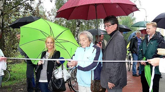 Slavnostního otevření cykostezky v Kopřivnici, vedoucí po ulici Panské, se ujala manželka slavného kopřivnického rodáka Emila Zátopka Dana.