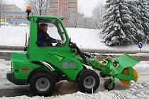 Novojičínská radnice nakoupila za miliony speciální stroje, které pomáhají odstraňovat sníh z úzkých uliček historického centra a chodníků ve městě.