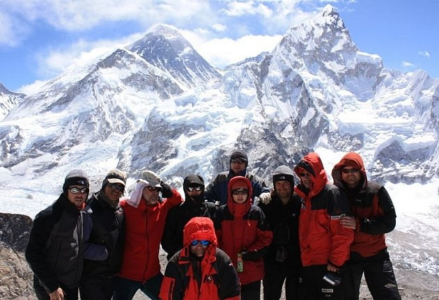 Horolezci z Nového Jičína vyrazili do Himalájí zdolat nejvyšší horu světa. Expedice zatím dorazila na vrchol hory Kala Patthar, vlevo vzadu se tyčí Mount Everest, vpravo pak Lhotse.