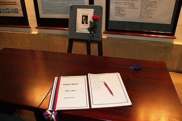 Kondolenční listiny za Václava Havla je možno podepsat v budově Městského úřadu Nový Jičín. Tam také v pondělí 19. prosince drželi zastupitelé a další přítomní minutu ticha.
