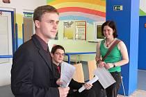 Úspěšní studenti (zleva) Jan Bobek, Jakub Novosad a Vendula Rašková se dočkali také ocenění ze strany novojičínského gymnázia.