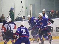 Novojičínští hokejisté (v modrém) padli v Porubě 0:8 a první sedminu základní části zakončí v sobotu doma proti Šumperku.