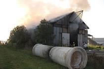 Při požáru velkého skladu balíkované i volně ložené slámy v Janovicích na Novojičínsku zasahovali hasiči ze širokého okolí.