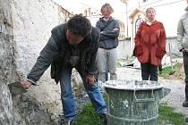 """Jak připravit vápennou omítku tak, aby korespondovala se středověkou praxí? Tím se zabývali odborníci i veřejnost na příborském workshopu """"Tradiční vápenné technologie""""."""
