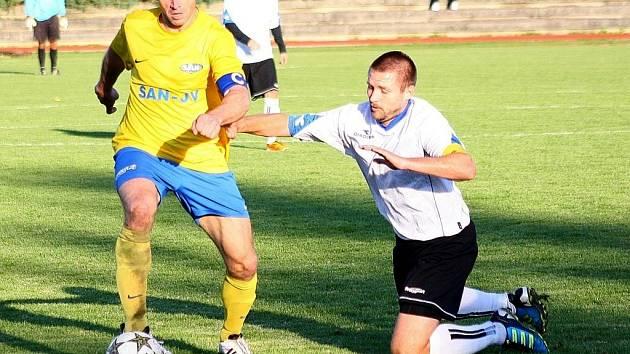 V souboji dvou kapitánů se novojičínský Bajer (vpravo) sice ocitl na kolenou, ale po zápase se mohl společně s celým týmem radovat ze zisku tří bodů.