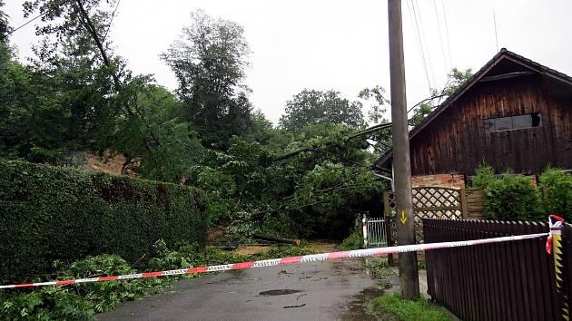 Masivní sesuv půdy v červnu zatarasil komunikaci v Lubině, místní části Kopřivnice.