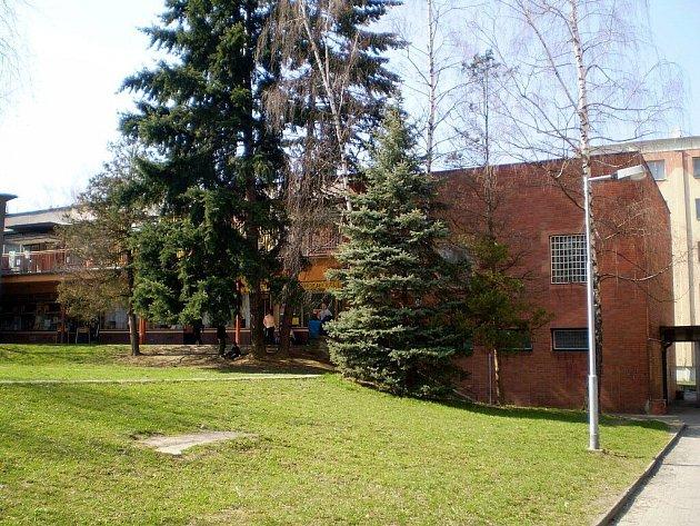 Budova bývalé pošty v Kopřivnici je prázdná od října 2007. Po peripetiích s prodejem objektu se vedení města rozhodlo alespoň zveřejnit nabídku k pronájmu stavby.