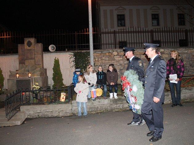 Slavnostním shromážděním a lampionovým průvodem si obyvatelé Libhoště připomněli v pátek navečer 94. výročí vzniku Československé republiky.