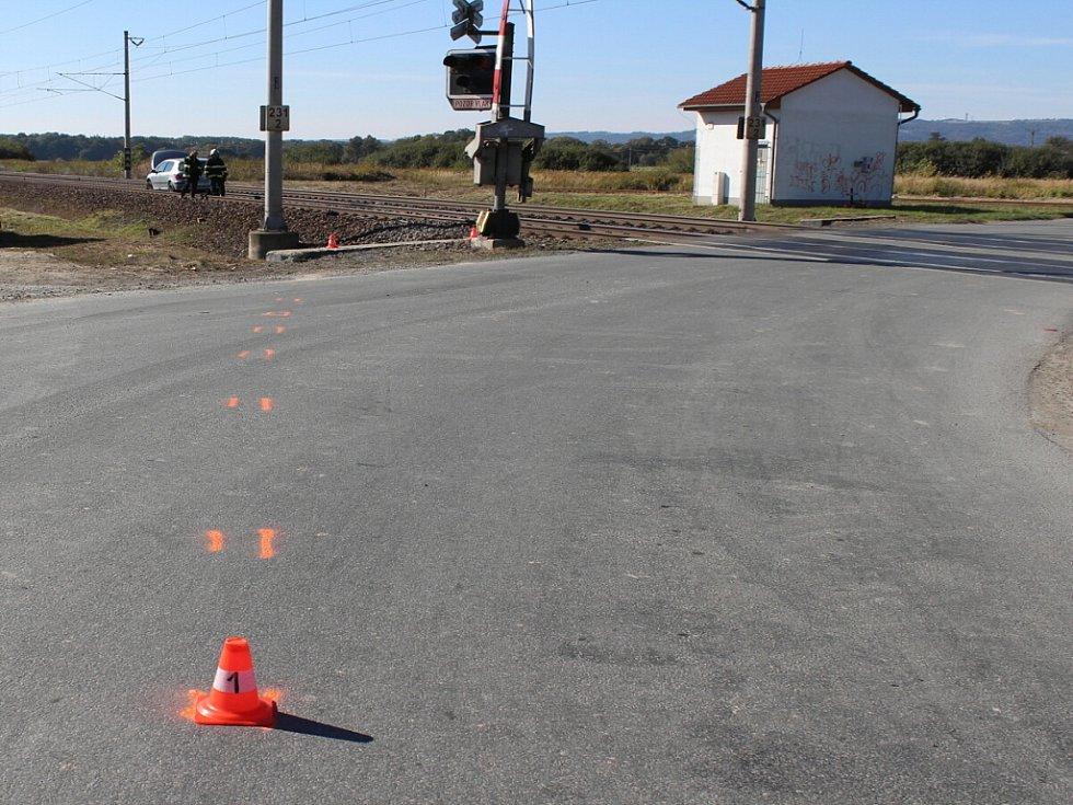 Opilý řidič v Suchdole nad Odrou nezvládl řízení, minul železniční přejezd a najel na železniční trať. Na té zůstal s nepojízdným vozem stát.