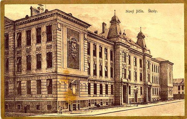 Základní škola Komenského 68vNovém Jičíně byla založena vroce 1909.